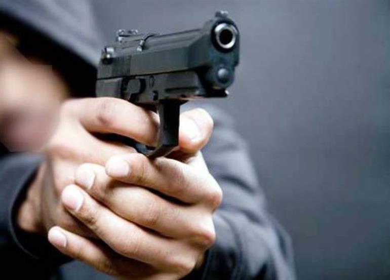 नशे में धुत्त पति ने पत्नी पर चलाई गोली, महिला ने अस्पताल में तोड़ा दम
